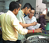 Discussing the design of automatic tapping machine with customers